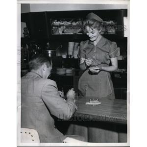 1957 Press Photo Actress Sheree North feel of the job for her part of a waitress
