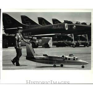 1986 Press Photo Lou Chaki Pushes Art Scheider's Model Aero Commander