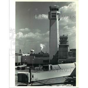 1988 Press Photo The Control Tower At Hopkins Airport Seen From Delta Terminal