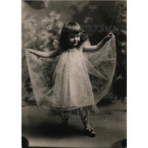 1920 Press Photo charming little girl in a gauzy frock