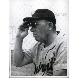 1960 Press Photo Detroit manager Jimmy Dykes uses binoculars to watch rookies