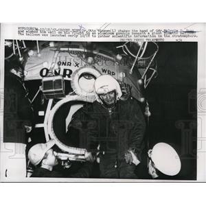 1957 Press Photo Crosby, Minn Otto Winzen shaking hand of Malcolm D Ross
