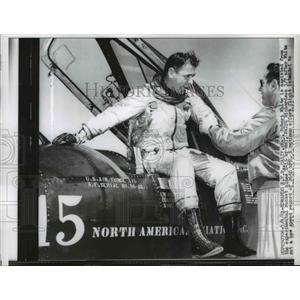 1961 Press Photo Maj. Robert White Assisted By Maj. Ralph Richardson - nee75568