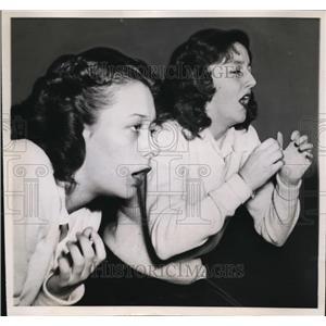 1947 Press Photo Maroons Basketball Cheerleaders Marjorie Kemp & Sue Hooper