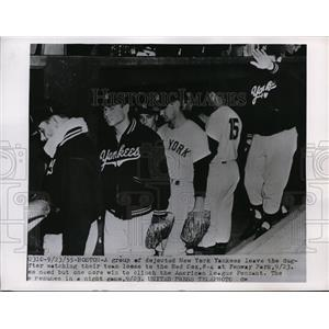 1955 Press Photo NY Yankees lost to Red Sox at Fenway Park in Pennant race