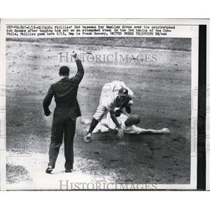 1957 Press Photo Phillies Roy Smalley dives over Bob Speake of Cubs at 3rd