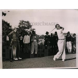1936 Press Photo Hunter Hicks watches Johnny Goodman, National Amateur Golf