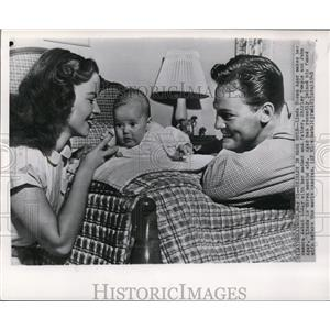 1948 Wire Photo Linda Susan Agar with her mother and father, Shirley and John