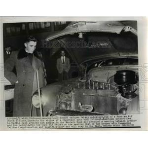 1955 Press Photo Berlin-17 yr old Soviet refugee Valery Lysikov inspects engine.