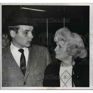 1967 Press Photo Jack Batch with Mrs. Smith at the Hopkins Airport - cva97531