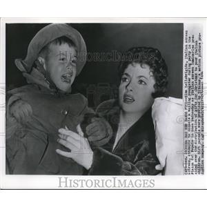 1954 Wire Photo Gina Lollobrigida attempt to console a wailing youngster.