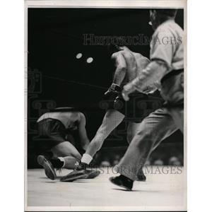 1940 Press Photo Henry Armstrong vs Montanez in knockdown bout - nes38125