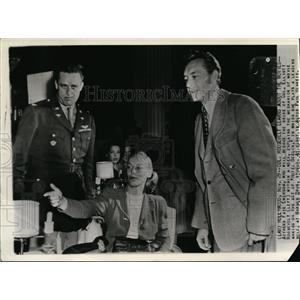 1944 Wire Photo Actress Faye Emerson explains to Elliott Roosevelt about movies
