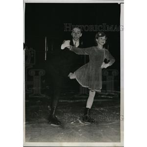 1934 Press Photo Oliver Haupt Jr & Jeanne Schulte Jr Pair Skate in Philadelphia