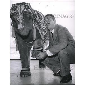 1959 Press Photo Comic Ernie Kovacs stars in I Was a Bloodhound. - orx00751