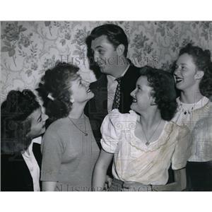 1946 Press Photo Handsome Bob Mitchum Lady Killer - orx02705