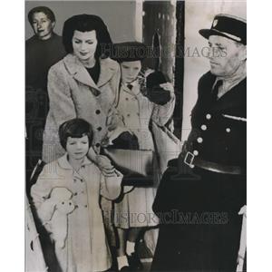 1955 Press Photo Rita Hayworth w/ daughters Rebecca & Yasmin - orx01568