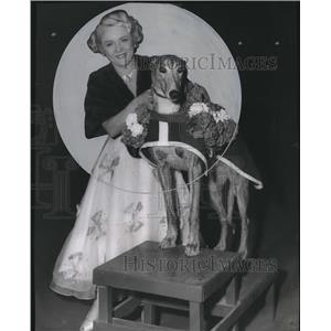 1953 Press Photo Filmland Queen Mary Pickford sees dog run - orx00502