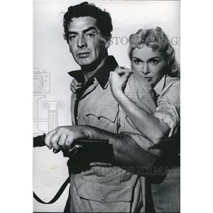 "1956 Press Photo Victor Mature and Janet Leigh in "" Safari"" - orx03977"