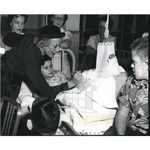1953 Press Photo Betty Hutton on visit to Shriner's Hospital - orx04291