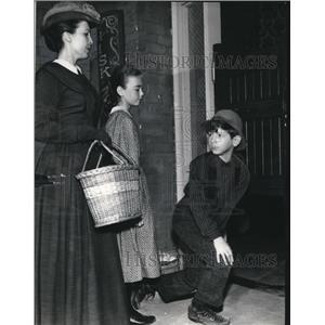 1958 Press Photo Tommy Nolan Elizabeth Harrowen and Anna Nanasi in Buckskin