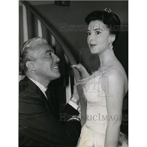 1960 Press Photo Gigi Perreau is confronted by Cesar Romero in Betty Hutton Show