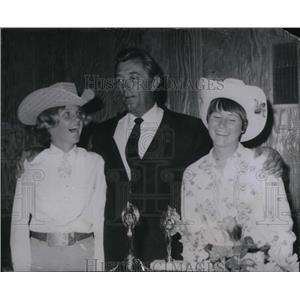 1966 Press Photo Robet Mitchum and Rodeo Queens - orx02710