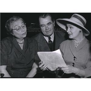 1954 Press Photo Aline MacMahon, Oscar Homolka, Shirley Booth Salute to Eugene