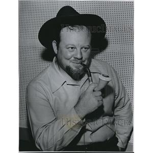 1949 Press Photo Burl Ives while wearing a hat in the picture