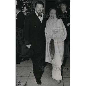 1937 Press Photo Mr & Mrs Paul Muni of The Good Earth at Carthay Circle Theatre