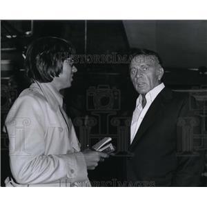 Press Photo Richard Burton talks w/ Hollywood writer Colin Dangaard