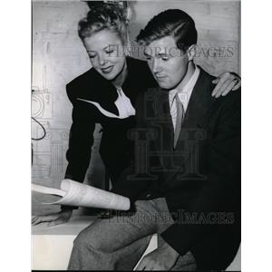 1947 Press Photo Ida Lupino and Richard Lupino go over a script togther