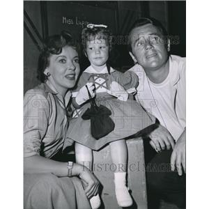 1954 Press Photo Bridget Duff with her parents, Ida Lupin and Howard Duff