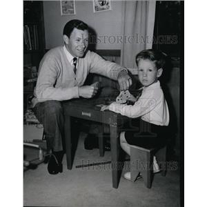 1943 Press Photo Actor George Murphy with son Dennis Michael