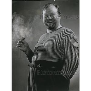 1948 Press Photo Burl Ives while smoking