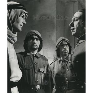 1963 Press Photo Jose Ferrer with co-star Peter O'Toole in Lawrence of Arabia