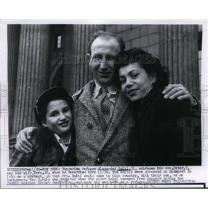 1956 Press Photo Hungarian refugee Alexander Solti, son Peter & wife Vera