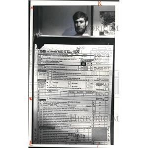 1980 Press Photo Steven T. Heise Holds Blowup of His Tax Form - cva94283