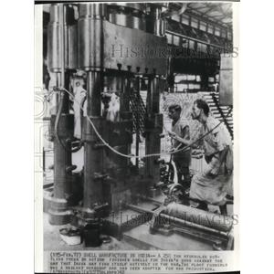 1942 Wire Photo Hydraulic bottling press in action for India's guns for war