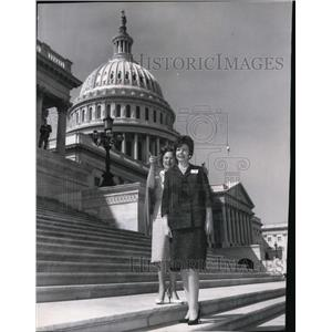1985 Press Photo Rep Catherine May points Capitol Hill landmarks to Mrs Anderson