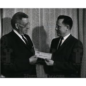 1981 Press Photo Fidelity Savings Assn Lloyd Baker gives check to Walter Russell