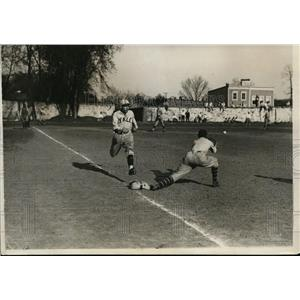 1929 Press Photo Grove of Yale sprints for first base vs Owens of Georgetown