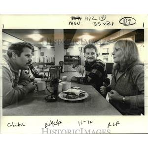 1985 Press Photo Pilots Myron Lamont & Roark Schwanenberg chat w/ Grace Dorosi.