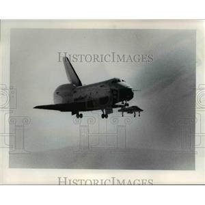 1977 Press Photo Space shuttle accompanied by chase plane, takes trial run