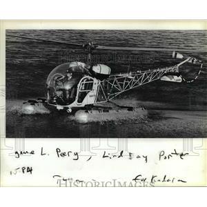 1984 Press Photo With Gene Peery observing, Lindsay Porter practices landings.