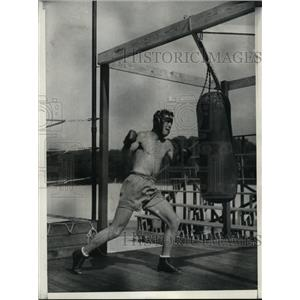 1931 Press Photo Young Stribling at a boxing work out on the heavy bag