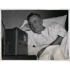 1943 Press Photo Boston Braves manager Casey Stengel in hospital with broken leg