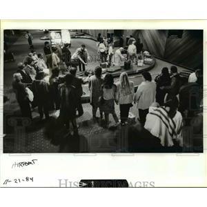 1984 Press Photo Thanksgiving travelers at Portland International Airport