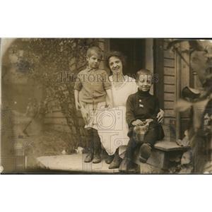 1918 Press Photo Mrs Isabel Allen Brumit originator of Speak English & her kids