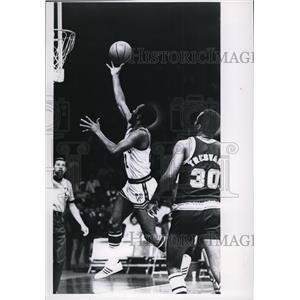 1969 Press Photo Flynn Robinson broke for the basket winning over Seattle